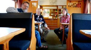 SA:s sommarturné har besökt tåget i Tärnsjö och sommarens nyöppnade kafé Faster Veras. På bilden syns Jakob Martinell, Curt Forsberg och Inger Ingstedt. Foto: Lina Svalbro