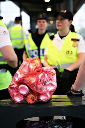 Polisen hällde ut en hel del alkohol under kvällen. (Bilden är ej från den aktuella händelsen).