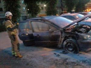 En bil började brinna bakom Karro i Örebro.
