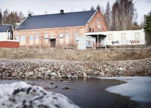 Det brådskar med en sanering av Iggesunds Hårdkroms lokaler som fortsätter att läcka gifter.