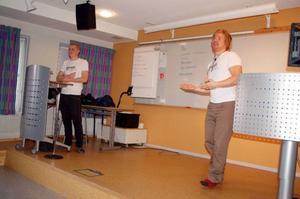 Johan Brattström och Christoffer Eriksson föreläste under måndagsförmiddagen på Härjedalens gymnasium om utvecklings- och rättvisefrågor.  Foto: Carin Selldén