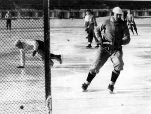 MÅLMEDVETEN. Under 22 vintrar var Einar Ask mer eller mindre självskriven i landslaget. Här har han just klippt in första målet i B-landskampen mot Finland i Helsingfors 1947.