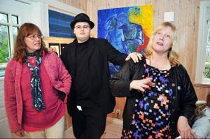 Utställningen i Björnänge är första gången systrarna Marika Wahl och Jeanette Wahl ställer ut sina tavlor tillsammans. För Jeanettes son John M Wahl är det första utställningen överhuvudtaget.