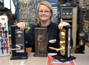 Anna Johansson, låssmed på Låscenter i Ludvika, rekommenderar lås som inte går att öppna inifrån utan nyckel.