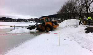 En frontlastare gick vid lunchtid på onsdagen genom isen i Badhusparken.
