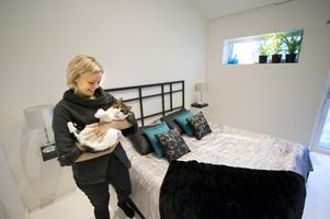 Sovrummet har Louise givetvis inrett i sina favoritfärger. Och sänggaveln har hon byggt själv.