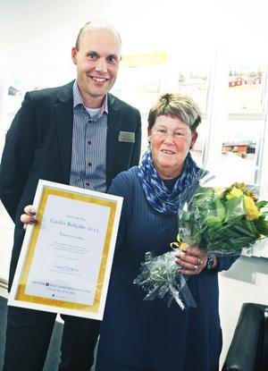 Gävles bohjälte 2012, Birgitta Norin, fick blommor, diplom och presentkort av Jonas Östblom, franchisetagare på Svensk Fastighetsförmedling