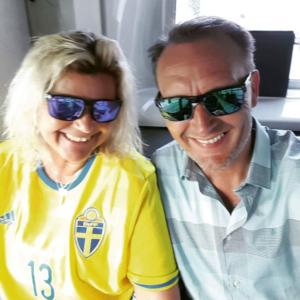 Trots att Anna Smidström nu betraktar Norge som sitt hem är det på svenska landslaget i fotboll hon håller.  Norske sambon Tommy Sørensen får finna sig i att  jubla mindre men får ofta revansch när det gäller längdskidåkning.