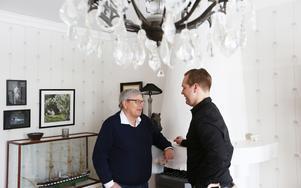 Jens Bergenström studerar till mäklare. Hans första objekt till försäljning är sin mentors villa i Insjön, Mats Hedbom.