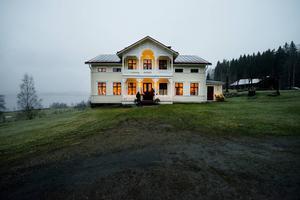 Gården i Målsta var i stort behov av renovering när familjen köpte det för 20 år sedan. Sedan dess har det hänt en hel del.