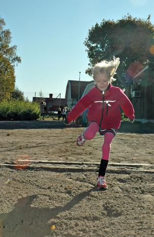 Hoppar långt. Emma Liw i förskoleklassen hoppar längdhopp.