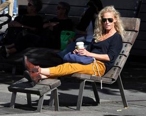 Härliga stolar. Anna-Karin Nilsson tar en kaffe i solen efter lunchen i en av de specialdesignade möblerna på Stortorget.