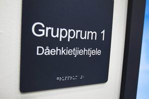 Alla skyltar står på svenska, samiska och taktil skrift.