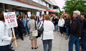Kring 50 lärare hade samlats för att protestera mot de låga lärarlönerna när utbildningsnämnden skulle hålla vårens sista möte.arkivbild: roger wallenius