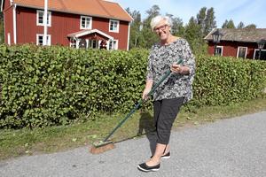 Handsopat. 600 meter bygata handsopas av Kristina Mjörndal inför att marknadsplatserna ska markeras på gatan.
