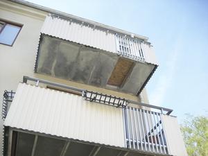 Ser osäkert ut. Makarna Ekruths balkong har lagats provisoriskt med någon slags skiva, men ser ändå inte säker ut. ¿En grundligare lagning lär ske framöver.Foto: Mats Adolfsson
