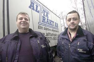 Mats Persson, delägare i Alfta Frakt och chauffören Ulf Hanses vill gärna gör en insats för att glädja de barn som vistas på Gävle sjukhus under julen.