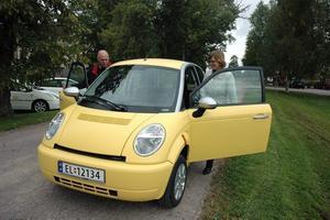 På väg. Jag fick vara riktigt miljövänlig i några minuter när jag i går provkörde en elbil av märket Think. Förutom att den saknade växlar och gick väldigt tyst så var skillnaden inte så stor jämfört med en vanlig bil.