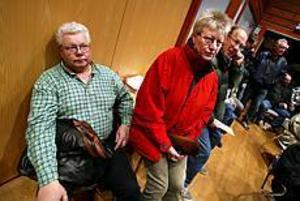 Foto: LEIF JÄDERBERG Informationsmöte. Tillsammans har de arbetat 58 år på Ovako Steel i Hofors. Inga-Lill Augustsson och Tommy Fors trängdes bland kollegor i Folkets hus i går kväll. Inga-Lill är osäker på sin framtid. Tommy är mer hoppfull. Ännu får de vänta en tid på beskedet om vilka som får lämna företaget.