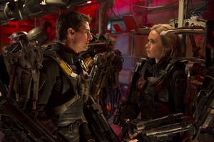 Tom Cruise och Emily Blunt slåss mot invaderande utomjordingar i omtagsäventyret
