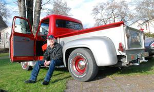 Olov Andersson vid sin Ford pickup.