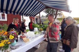 Skörden från Stenegårds köksträdgård fanns till försäljning. Här är det Sture Arvidsson som köpslår med Anna Gustafsson.