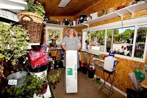 Allt får plats i Maria Englund blomsterkiosk: Snittblommor, plantor och dekorationer för årets olika högtider. Till och med en arbetsplats för bukettbindning.