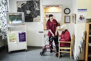 Från äldreboendet Älvgården, några våningar upp, har 92-åriga Ruth Sundin tagit hissen ner till hälsocentralen med hjälp av Lina Holmgren för att kontrollera sin gråa starr.