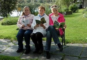 BEKVÄMT. Nyblivna författarna Anita Jacobson, Margareta Rudbo och Lena Åsberg sitter bekvämt tillbakalutade med sina nyskrivna alster som de till helgen ska visa upp på bokmässan i Göteborg.