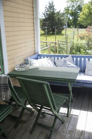 Ulla Nygårds har olika vrår i huset och på gården där hon sitter, njuter och läser. Solen står ju olika högt och i olika vinklar