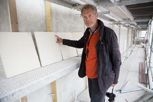 Per-Anders Johansson, projektledare på Statens fastighetsverk, pekar på den valda kulören.