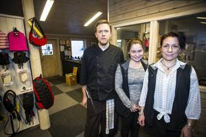 Jonas Lundh, souschef, Ida Boldén, servitris, och Jessica Tranlander, gästservice, jobbar alla på nybyggda restaurang Árran i Tännäskröket.