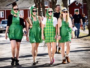 Vuxet bidrag. Inte bara barn hade klätt ut sig den här dagen. En kvartett i grönt fanns med i påskparaden.
