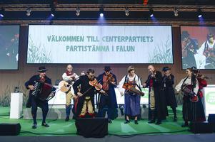 Spelmanslag underhåller när Centerpartiets partistämma inleddes i Falun 2015