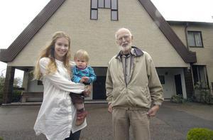 Emma Uddas, här med sonen Alex, och Axel Sköldmark har båda anställts på halvtid av missionsförsamlingen i Edsbyn.