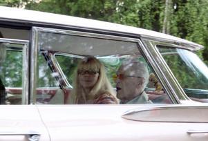 Färden från Åsgården till Källvik gick värdigt i sakta mak. Åke Färeby, 97, fick skjuts i en champagnefärgad Pontiac. Med sig hade han Åsa Lindborg.