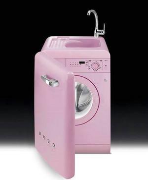 Kombi Tvättmaskinen i köket kan fungera alldeles utmärkt om maskinen är så här söt med inbyggd diskho. Från Smeg, 15 995 kronor hos bagarenochkocken.se.