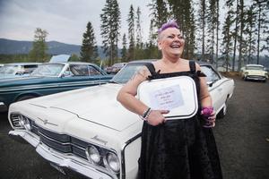 Anki Persson från Lit har vunnit ett hederspris, som hon tilldelats av Jemtlands Veteranbilklubbs ordförande.