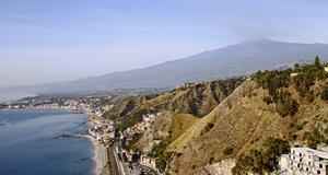 Utsikt över Taormina med Etna rykandes i bakgrunden.