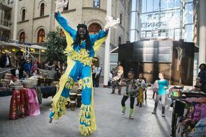 Ibrahima Niang utförde en styltdans som är speciell för Senegal.