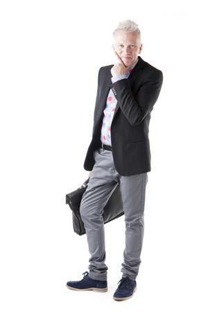 EFTER. Att vara professionell och samtidigt kunna ha en pojkaktig sida är något positivt. Och nu, när Lars Kallsäbys fått sin nya stil visas båda hans sidor upp.Lars har på sig en skjorta med blåa ränder och blommor i rött och blått, 1 399 kronor, en svart kavaj, 2 500 kronor, gråa byxor, 1 000 kronor, ett svart bälte, 650 kronor, blåa mockaskor, 1 500 kronor och en Tigerportfölj, 2 299 kronor. Samtliga plagg kommer från Filippa K och Leopold & Bloom.