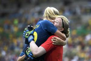 Olivia Schough kramar om Hedvig Lindahl efter att Sverige slagit Brasilien.