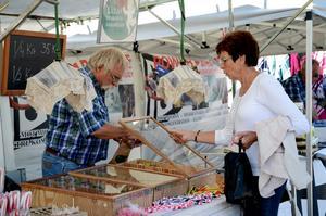 Godis. Lulle Eriksson och Ingrid Öhrman är gamla bekanta och får en pratstund när godis ska inhandlas.