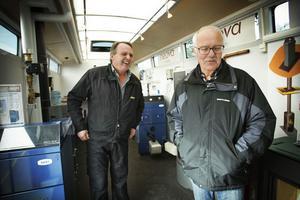 Kent Eriksson från Rörmokarn i Järvsö säger att många här omkring liksom Börje Olsson (till höger) väljer att värma sina hus med vedpannor.