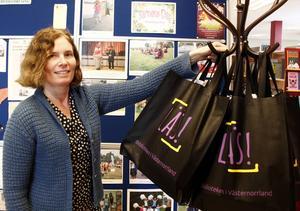 Ragna Fredin, bibliotekarie, visar upp bokcirkelkassarna som presenteras i samband med firandet av världsbokdagen.