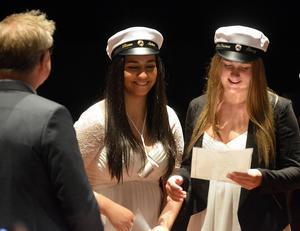 Elevrådets Rima Gerges och Emma Öberg uppmärksammades under Bobergsgymnasiets studentceremoni.