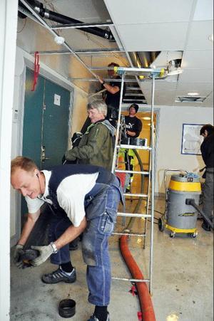 Vattnet pumpades ut och entreprenörer och fastighetsskötare hjälptes åt att byta ut det läckande röret.