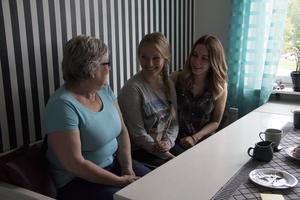 Mamma Britt Marie med döttrarna Amanda och Matilda.
