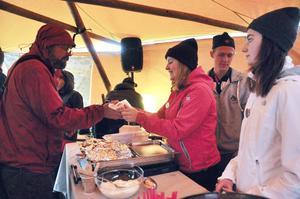 Alva Wiklund, Niklas Prästberg och Elin Eggen läser årskurs två på restaurangprogrammet. Under helgen säljer de tillsammans med sina klasskamrater en riktigt spännande crossoverrätt – Sambosa. Det är en somalisk pirog som de fått recept till från somaliska invandrare i kommunen.