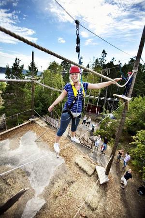 Darrig? Trots att hon klättrat mycket höghöjdsbana pirrade det i magen på Arbetarbladets reporter Linnéa Hallberg när hon testade Furuviksparkens      nya Wild Trackbana.